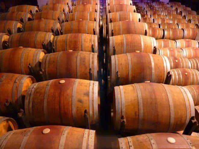Des tonneaux de vin.