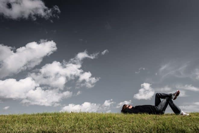 Repos dans l'herbe.