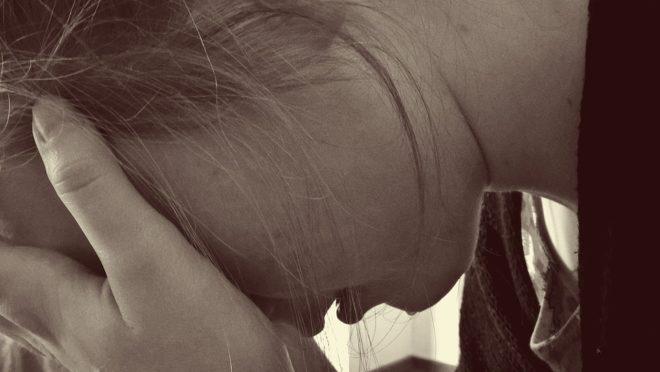 Femme, pleure, main sur visage