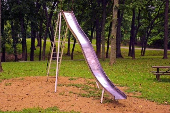 Un toboggan dans une aire de jeux.